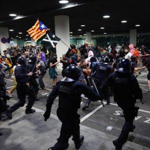 EL NACIONAL carregues policia espanyola parking aeroport del prat - sergi alcazar