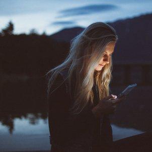 Mirando móvil Unsplash