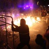 ELNACIONAL tensió policia manifestants delegacio govern espanyol barricades cremant - Sira Esclasans