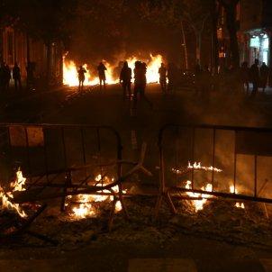 Barricades cremant barcelona delegacio govern espanyol - sira Esclasans