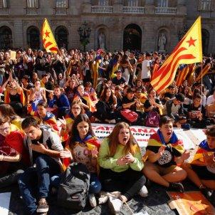 EN Estudiants asseguda - Plaça Sant Jaume Sergi Alcàzar