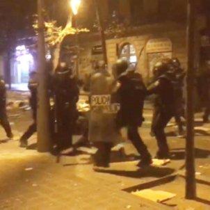 Policies espanyols colpejant manifestant