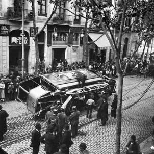 Test 80. La Setmana Tràgica. Fotografia d'un tramvia bolcat durant els fets de la Setmana Tràgica. Font Wikimedia Commons. Foto Charles Chusseau