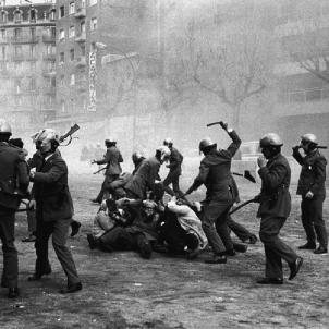 Repressió de la policia franquista contra la manifestació Llibertat, Amnistia i Estatut d'Autonomia (1976). Foto Manel Armengol i altres
