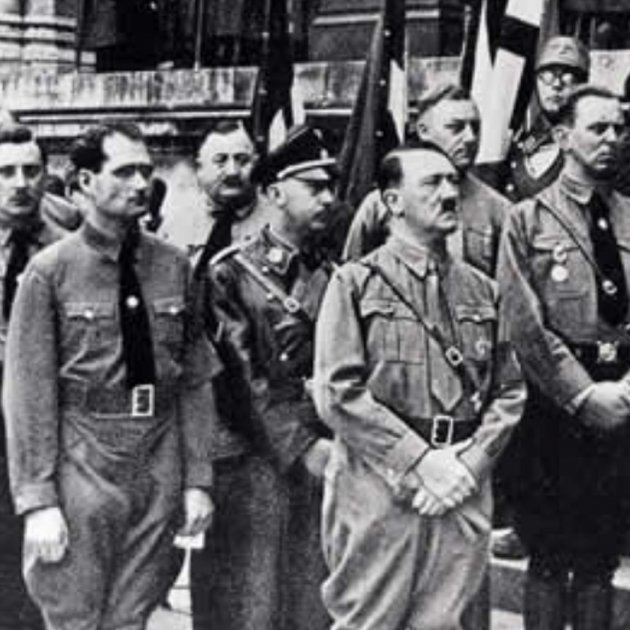 Simons, a la izquierda de la imagen detrás de Hess y de Hitler.  Fuente Blog Enlace Judío