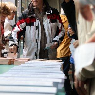 eleccions electors agafant papereta per votar ACN