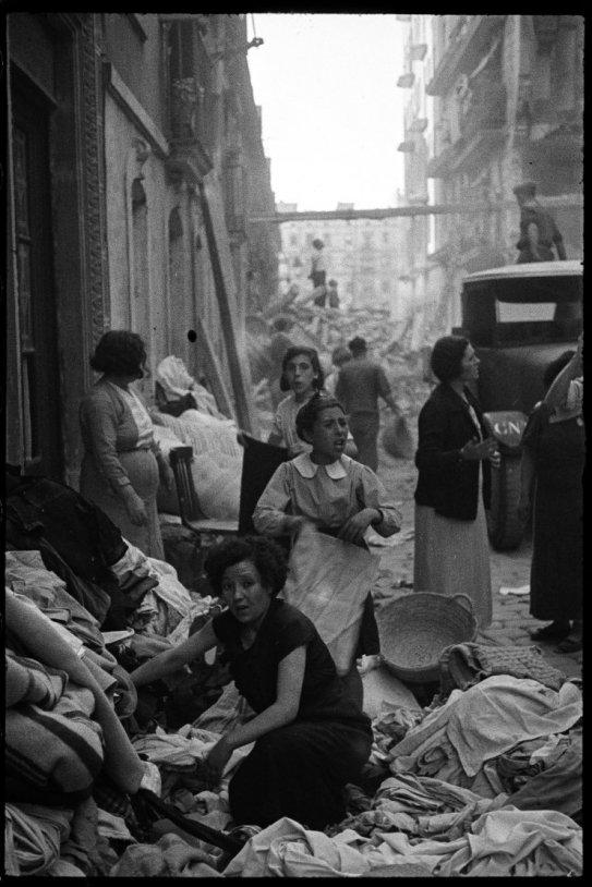 Des femmes ramassent les restes de leurs maisons, détruites par un bombardement. Photo Antoni Campañà.