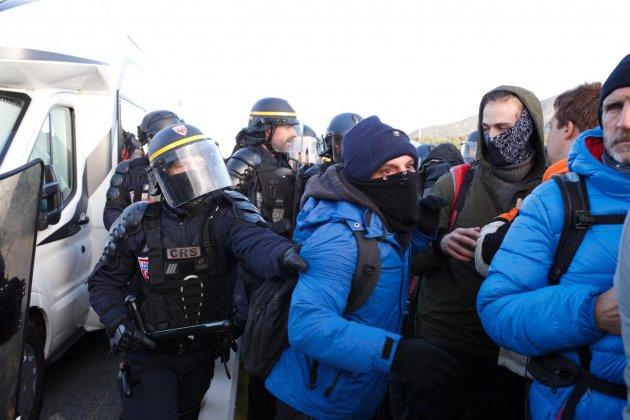 corte|trozo Jonquera Tsunami policía franesa 3 Mireia Comas