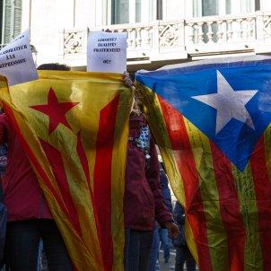 Estelades davant el consolat francès a Barcelona - Sergi Alcàzar