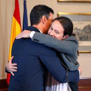 Pedro Sánchez Pablo Iglesias abraçada pacte EFE