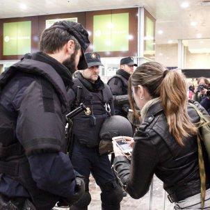 policia espanyola estació Sants 2   Mireia Comas