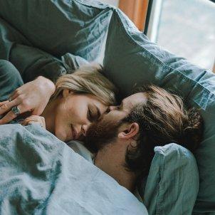 Pareja cama UInsplash (1)