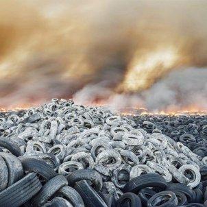 neumàtics cremant contaminació   Europa Press