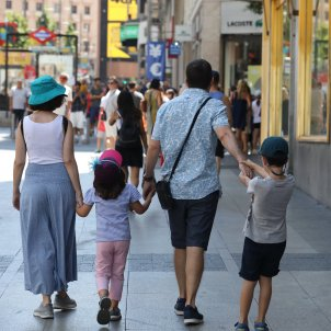 Europa Press  Una familia pasea de la mano por una calle de Madrid