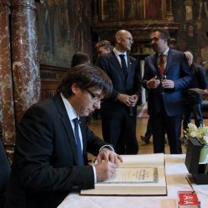 Puigdemont signa el llibre d'Or de l'ajuntament d'Anvers / Jordi Bedmar