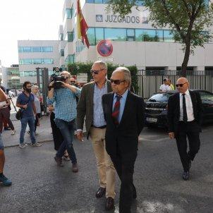 EuropaPress 2282753 El banquero Jaime Botín (centro) acude al Juzgado de lo Penal número 27 de Madrid donde comienza el juicio contra él que está acusado de un delito de contrabando de bienes culturales por habe