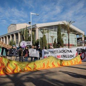 EuropaPress 2594659 Algunos de los asistentes a la concentración climática antes de la primera Cimera Climàtica a las puertas del Teatre Nacional de Catalunya en Barcelona Catalunya (España) a 17 de enero d