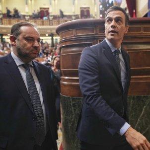 EuropaPress 2528375 El ministro de Fomento en funciones José Luis Ábalos (izq) y el presidente del Gobierno en funciones Pedro Sánchez (dech) abandonan el hemiciclo del Congreso tras finalizar la sesión de