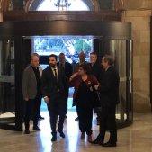 VÍDEO | Aplaudiments i crits de llibertat a l'arribada dels presos al Parlament
